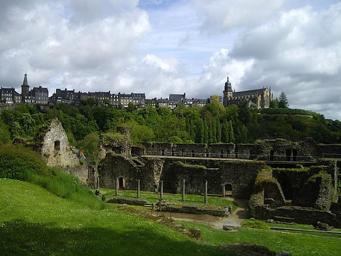 Фужер (Fougeres) — старинный город-крепость с 13 башнями в Бретани 78919