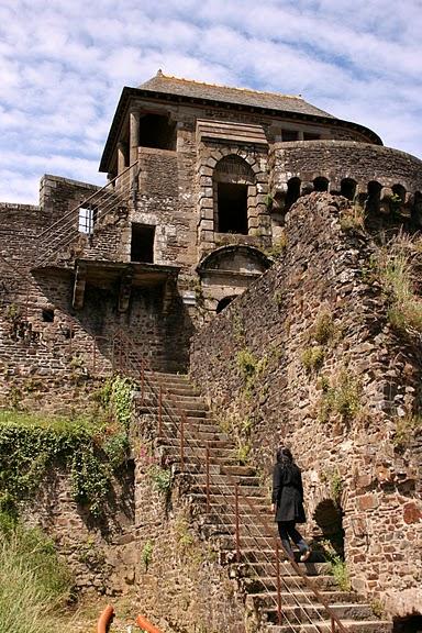 Фужер (Fougeres) — старинный город-крепость с 13 башнями в Бретани 37103