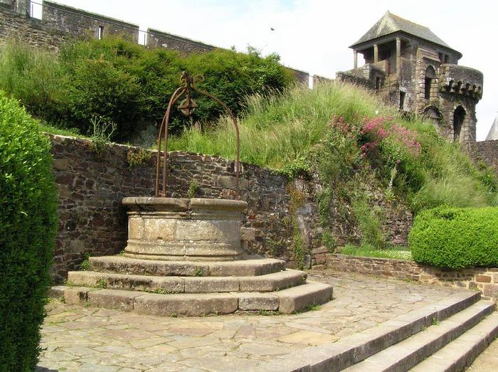 Фужер (Fougeres) — старинный город-крепость с 13 башнями в Бретани 26758