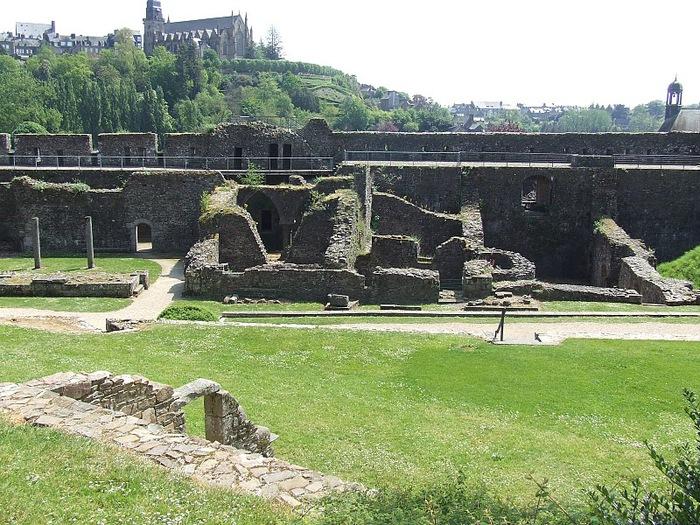 Фужер (Fougeres) — старинный город-крепость с 13 башнями в Бретани 27844