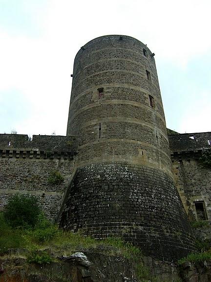 Фужер (Fougeres) — старинный город-крепость с 13 башнями в Бретани 79718
