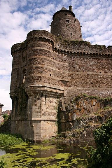 Фужер (Fougeres) — старинный город-крепость с 13 башнями в Бретани 59110