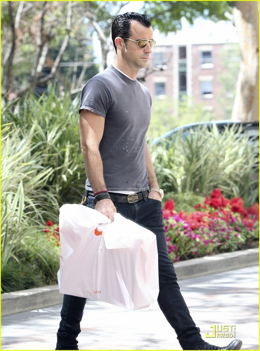 justin-theroux-leaves-niketown-11 (518x700, 98Kb)