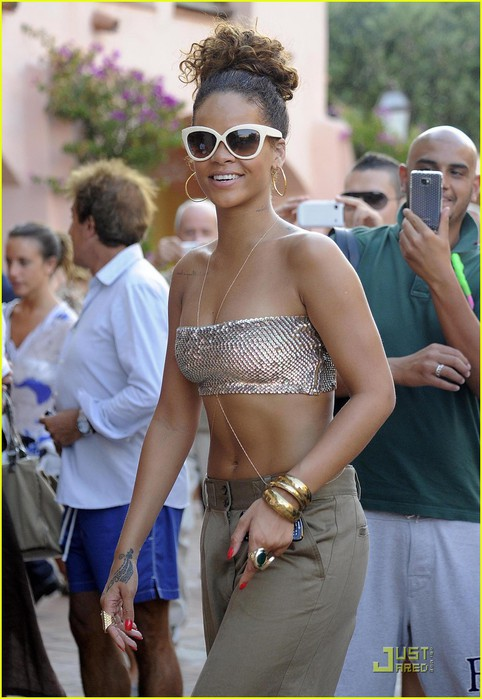 rihanna-last-night-in-sardinia-13 (482x700, 89Kb)