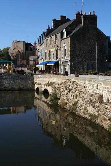 Фужер (Fougeres) — старинный город-крепость с 13 башнями в Бретани 63788