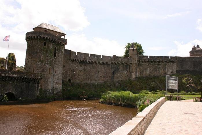 Фужер (Fougeres) — старинный город-крепость с 13 башнями в Бретани 46723