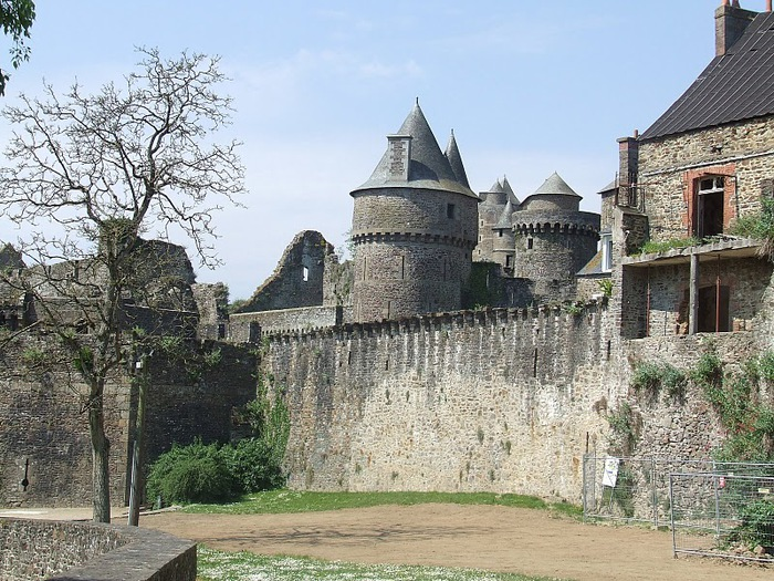 Фужер (Fougeres) — старинный город-крепость с 13 башнями в Бретани 50319