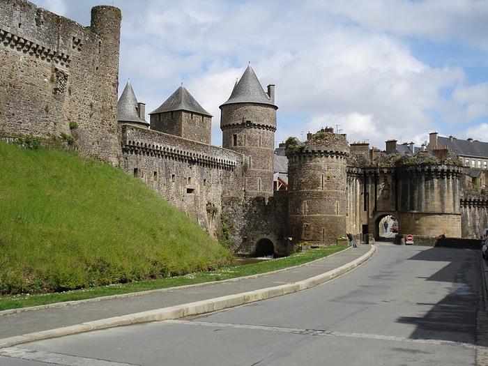 Фужер (Fougeres) — старинный город-крепость с 13 башнями в Бретани 42456