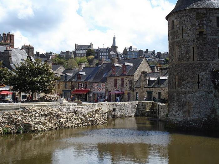 Фужер (Fougeres) — старинный город-крепость с 13 башнями в Бретани 10890