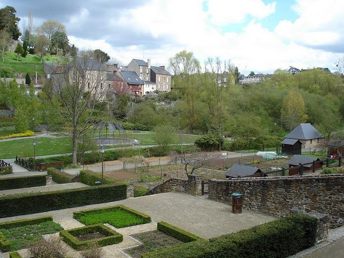 Фужер (Fougeres) — старинный город-крепость с 13 башнями в Бретани 69249
