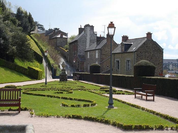 Фужер (Fougeres) — старинный город-крепость с 13 башнями в Бретани 48022