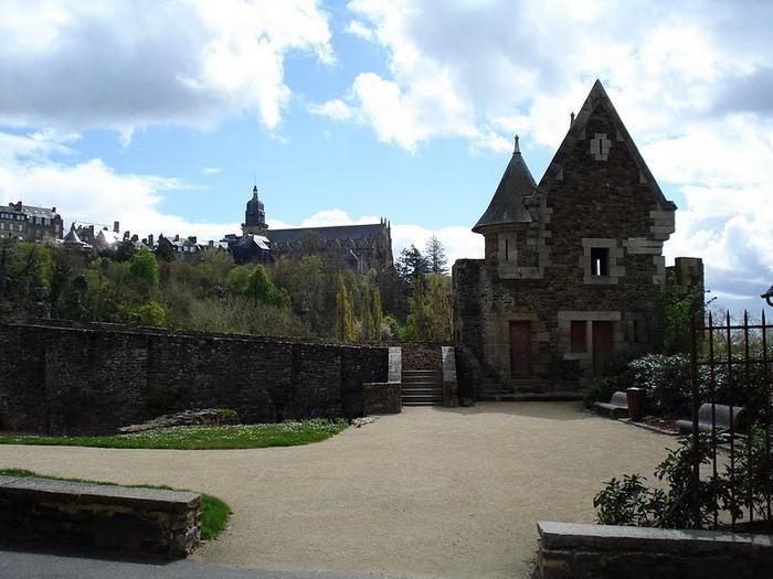 Фужер (Fougeres) — старинный город-крепость с 13 башнями в Бретани 34443
