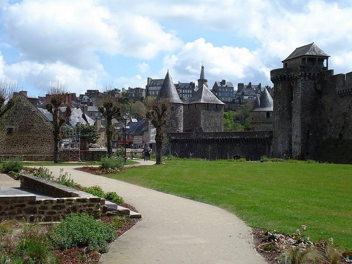 Фужер (Fougeres) — старинный город-крепость с 13 башнями в Бретани 57247