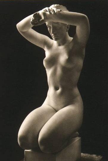 golaya-zhenshina-skulptura