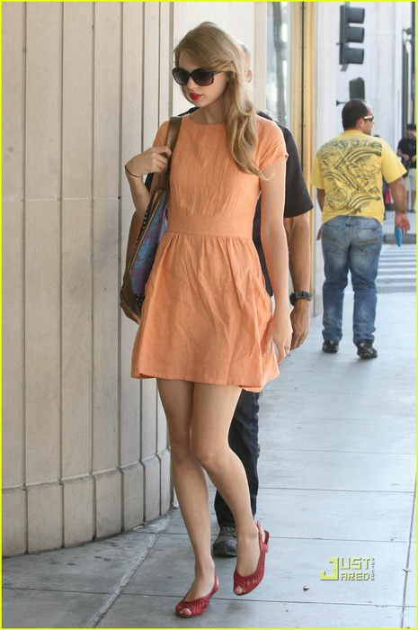 taylor-swift-shopping-peach-dress-02 (465x700, 75Kb)
