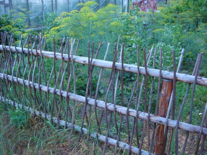 Забор в саду своими руками фото