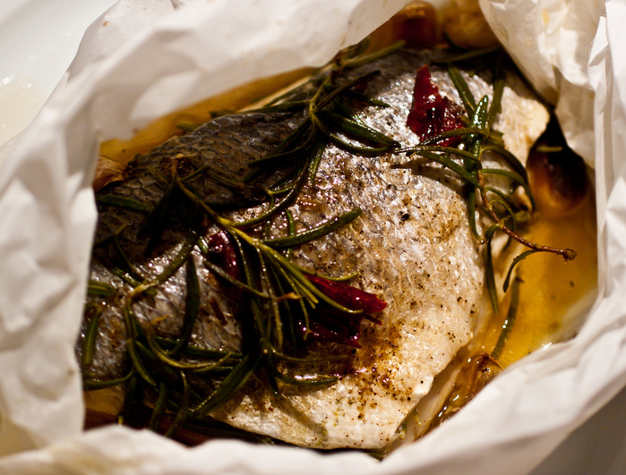 4524271_5104947571_22f24752d6_Bream_with_roast_garlic__chilli__amp_rosemary_cooked_en_papillote_L (700x531, 235Kb)