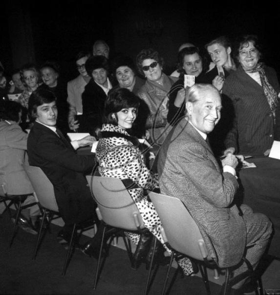 Alain Delon, Michele Mercier and Maurice Chevalier dedicating cards in paris city hall, december  (573x604, 88Kb)