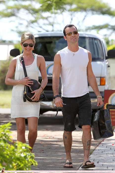 CU-Jennifer_Aniston_and_J__Theroux_shopping_while_on_holiday_in_Kauai-07 (466x700, 250Kb)