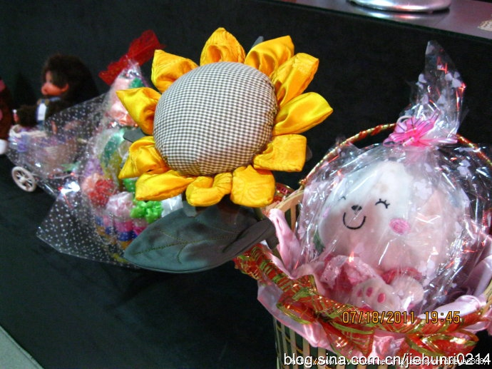 ...и нет лучше подарка, чем роза из бисера, сделанная по нашему мастер-классу Как сделать розу из бисера (схема) .