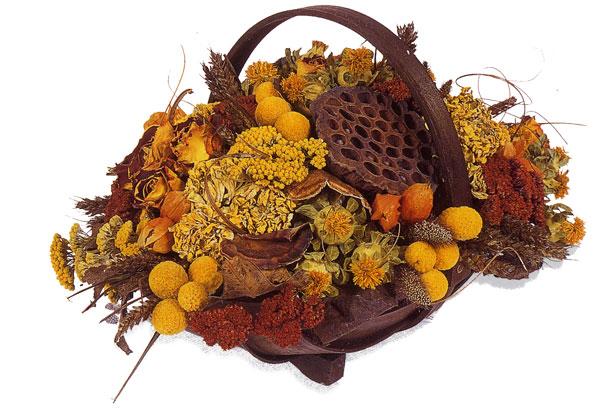Осенняя корзина с тысячелистником, китайским фонариком, краспедией и колосьями пшеницы.