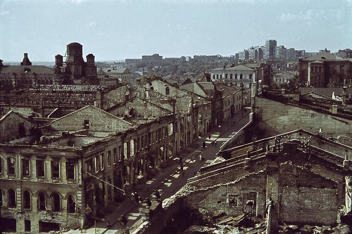 На одной из пострадавших в результате бомбардировок центральных улиц Харькова. На горизонте видно нынешнее здание Харьковского Национального университета, а в те времена - Дома Проектов. Здание сильно пострадало в годы войны и к 1960-году было перестроено и отдано университету./3788693_01 (700x466, 78Kb)