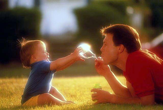 Папы на прямую влияют на детей, учат играть и изучать внешний мир за