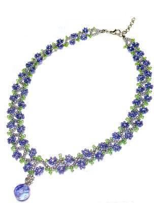 Цветочное ожерелье с подвеской плетется так.