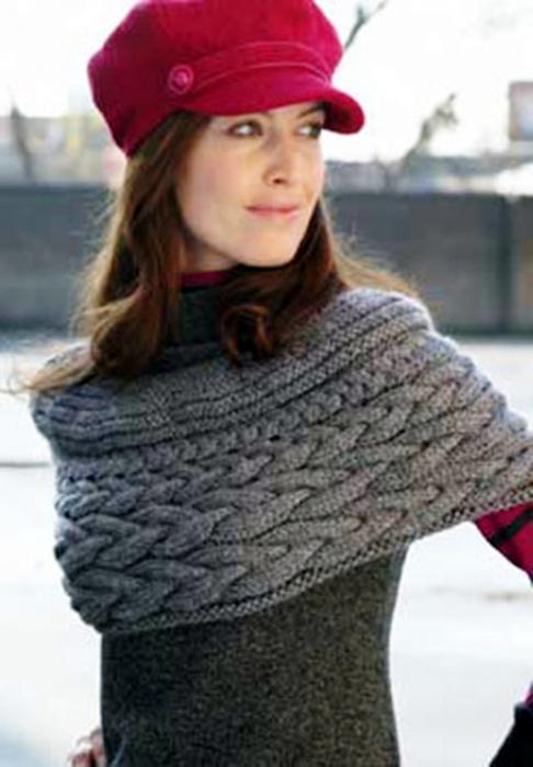 Серый шарф-пелерина связан