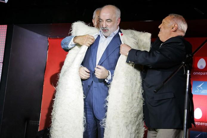 Владелец группы «Ренова» Виктор Вексельберг (16-е место в последнем рейтинге Forbes) на торжественном обеде в рамках Московского международного кинофестиваля, 2009 год (694x463, 66Kb)
