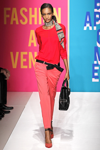 Коллекция DKNY сезона Весна-2011.  Интересна она прежде всего тем, что...