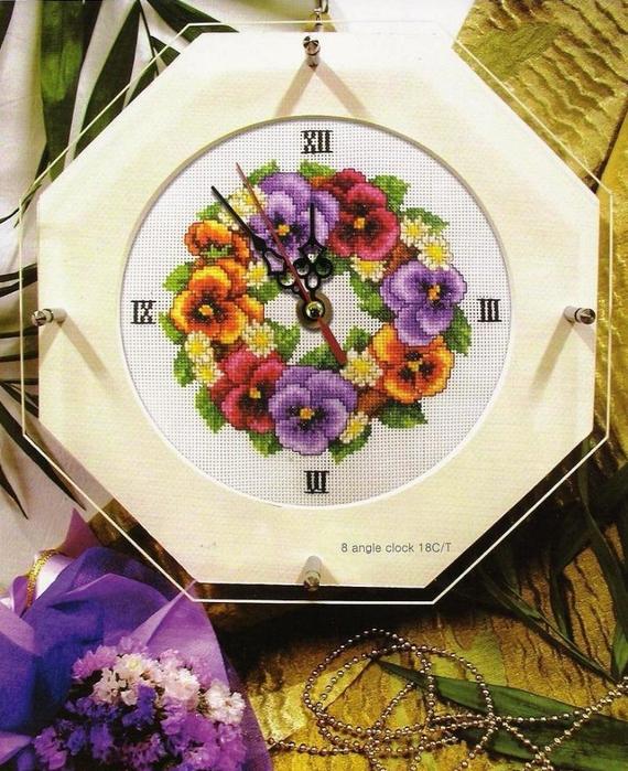 Часы с цветами анютины глазки.