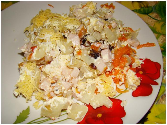 Салат с копченой курицей сыром и черносливом