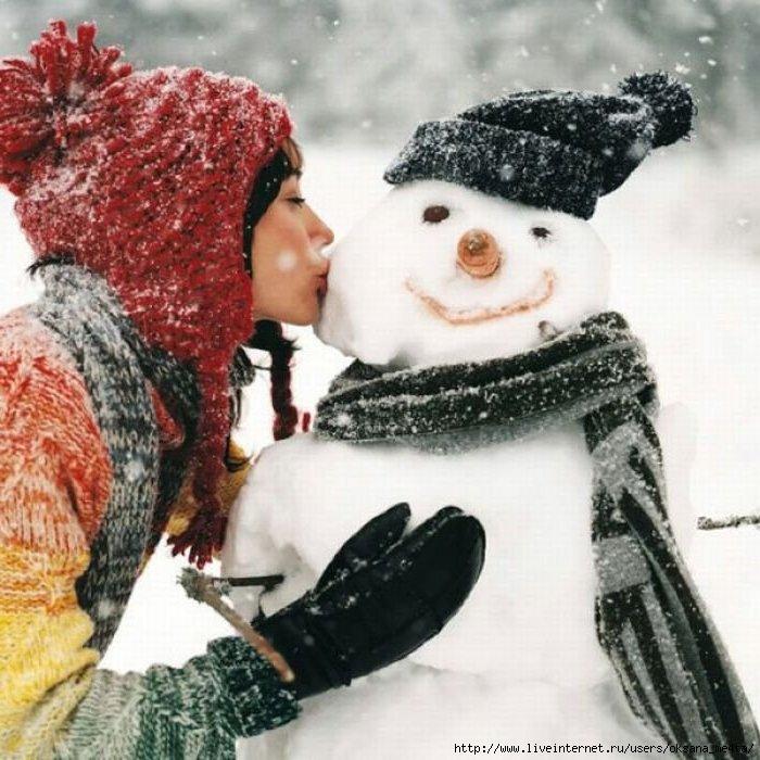 Девушка целует снеговика.  Вы уже голосовали.  1. 0.