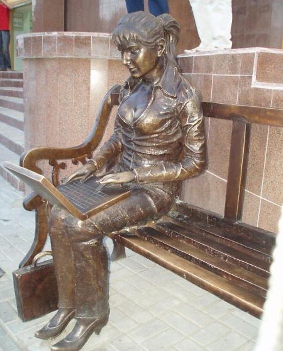 памятник девушке с ноутбуком в Кустанае (565x700, 149Kb)