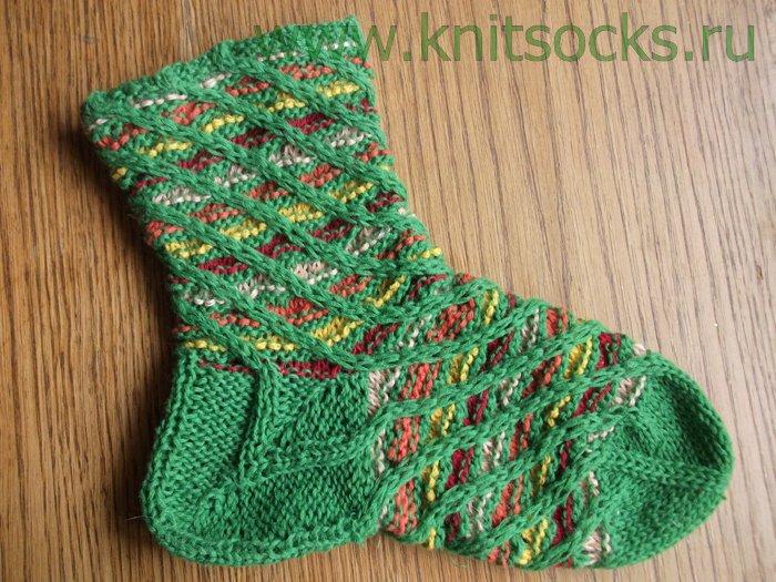 Тапочки связаны двумя спицами, цветочки выполнены крючком.Носочки, тапочки для взрослых спицами - Схемы и описания.