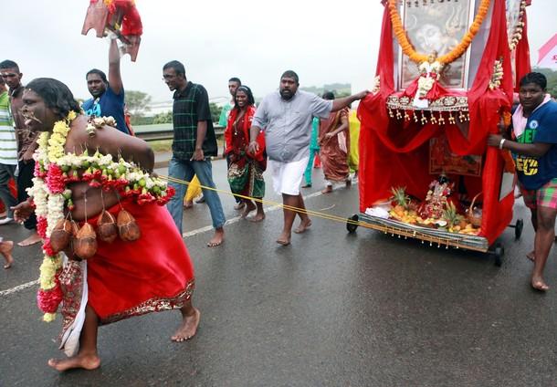 Ежегодный индуистский Тайпусам Кавади фестиваль (annual Hindu Thaipusam Kavady festival) в Дурбане, 11 февраля 2012 года.
