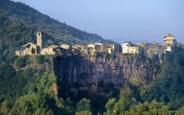 Необычные и красивые города на скалах - Кастеллфолли де ла Рока 4 (600x374, 73Kb)
