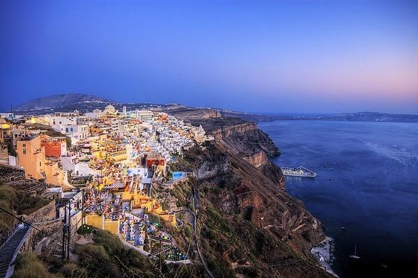 Необычные и красивые города на скалах - Санторини (600x399, 81Kb)