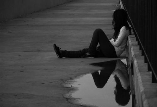 девушка сидит на асфальте (500x342, 42Kb)