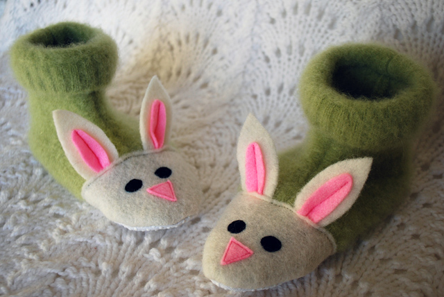 fuzzy-bunny-slippers-from-recycled-felted-sweaters-for-kids-free-slipper-pattern (640x428, 135Kb)