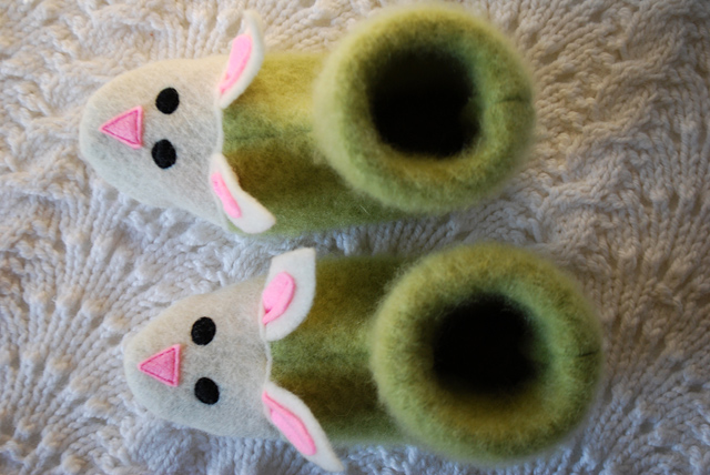 fuzzy-bunny-slippers-from-recycled-felted-sweaters-for-kids-free-slipper-pattern_5 (640x428, 142Kb)