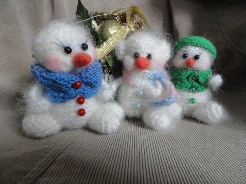 Описание вязаных снеговиков от