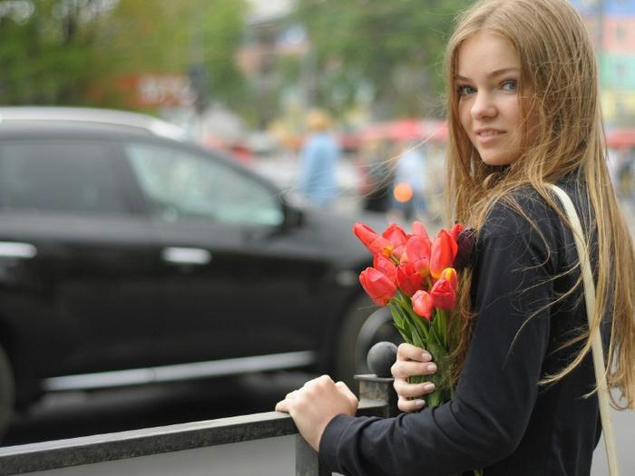 800x600_blonde-flower-girl-gray-tulip-woman[1] (700x525, 308Kb)