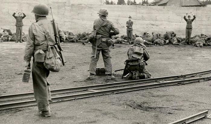 Dachau_execution_coalyard_1945-04-29 (1) (700x412, 111Kb)