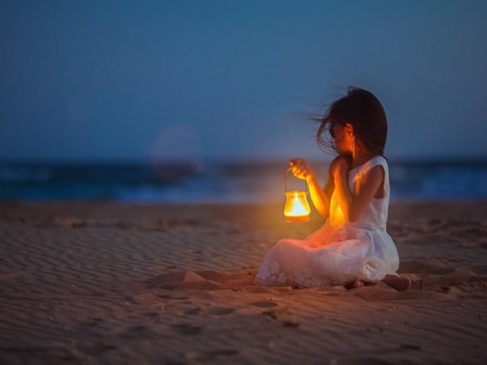 800x600_brunette-girl-light-sand-sea-woman[1] (700x525, 39Kb)