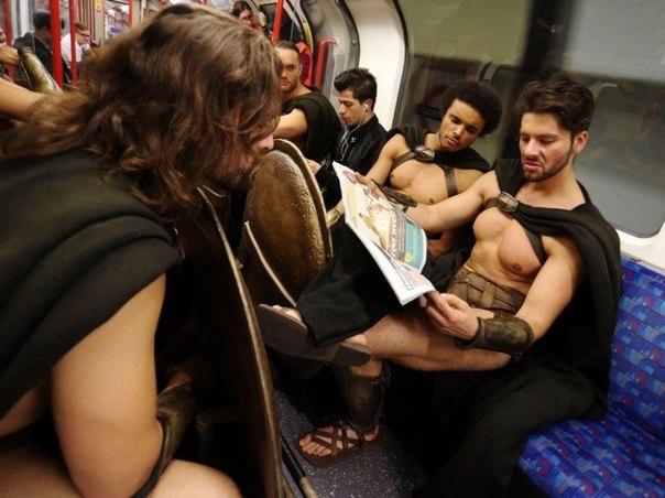 300 спартанцев в Лондонском метро1 (604x452, 234Kb)