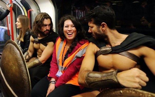 300 спартанцев в Лондонском метро3 (604x377, 203Kb)