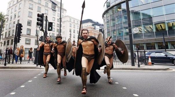 300 спартанцев в Лондонском метро5 (604x335, 198Kb)