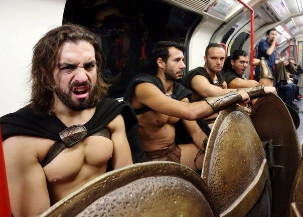 300 спартанцев в Лондонском метро6 (604x433, 229Kb)